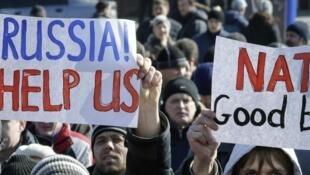 Milhares de pessoas favoráveis à Rússia manifestaram em Donetsk, 8 de maio de 2014.