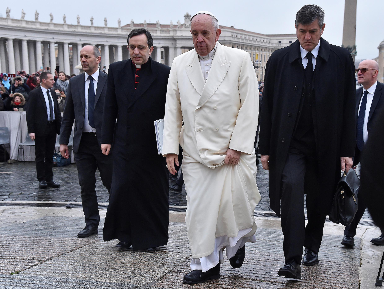 Vấn nạn ấu dâm trong Giáo hội Công giáo đang khiến giáo hoàng Phanxicô (áo trắng) đau đầu. Ảnh : Giáo hoàng Phanxicô đến  quảng trường Saint Pierre, Vatican ngày 14/02/2018.