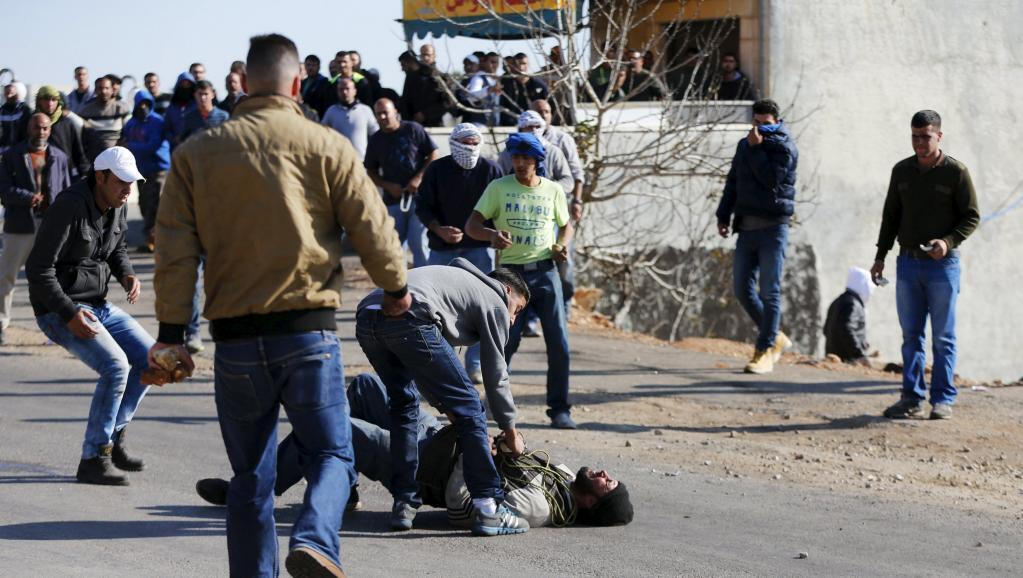 与以军队发生冲突后受伤的巴勒斯坦示威者