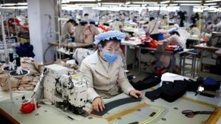 Công nhân Bắc Triều Tiên làm việc trong một nhà máy Hàn Quốc tại khu công nghiệp Kaesong, ngày 19/12/2013.