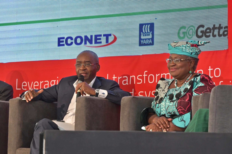 Strive Masiyiwa, dans un forum en compagnie de l'ancienne ministre des Finances du Nigeria Ngozi Okonjo-Iweala.