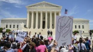 21 mai 2019, des militants des droits de l'avortement se rassemblent devant la Cour suprême des États-Unis à Washington. La Cour suprême a décidé le 4 octobre 2019 d'examiner une loi de Louisiane accusée de restreindre l'accès à l'avortement.