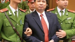 TS Luật Cù Huy Hà Vũ trong phiên xử ngày 04.04.11