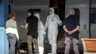 Des policiers français dans le train Thalys où un homme armé a ouvert le feu vendredi 21 août avant de se faire neutraliser.