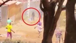 Policías usan a mujer como escudo humano en Guinea.