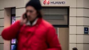 Sur la 5G, Huawei possède une longueur d'avance sur ses concurrents. Mais l'équipementier est soupçonné de permettre la surveillance des communications faites avec son matériel.