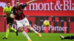 L'attaquant suédois de l'AC Milan, Zlatan Ibrahimovic, tire lors du match de Serie A face à l'Atalanta Bergame, à Milan, le 23 janvier 2021