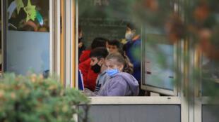Des élèves dans une salle de classe, dont la fenêtre est maintenue ouverte, afin d'éviter la propagation du coronavirus. Bonn (Allemagne), le 26 octobre 2020.
