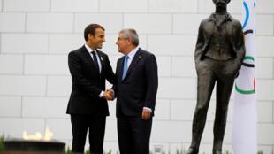 رئیس جمهوری فرانسه، امانوئل ماکرون، در لوزان سوئیس مورد استقبالِ توماس باخ، رئیس کمیتۀ بین المللی المپیک قرار گرفت - سهشنبه ١١ ژوئیه/ ٢٠ تیر