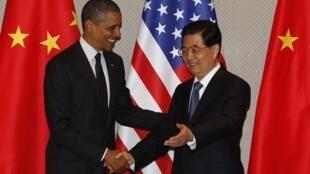 O presidente americano, Barack Obama, cumprimenta o presidente da China, Hu Jintao, durante encontro bilateral antes da Cúpula de Segurança Nuclear em Seul, nesta segunda-feira (26/03/2012).