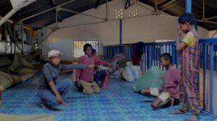 Dans le Centre d'appui aux familles en difficulté ouvert il y a à peine une semaine dans le quartier d'Isotry, Cédric, Tanjona et leurs nouveaux amis montrent leur natte et la place à laquelle ils dorment, au milieu de 150 autres personnes.