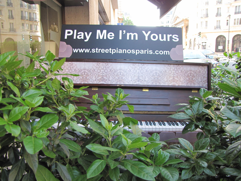 Пианино в кустах на улице Фобур-Сент-Оноре