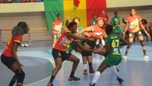 Les Sénégalaises (en vert) lors de la CAN féminine de handball 2018 face à l'Angola.