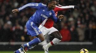 Didier Drogba à la lutte avec le Français d'Arsenal Bacary Sagna.