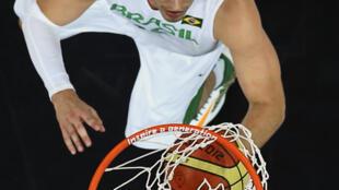 O jogador da seleção brasileira masculina de basquete Tiago Splitter em jogo contra a Austrália.