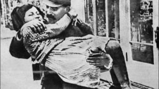 Svetlana enfant et son père Joseph Staline. Photo non datée et sans indication de provenance.
