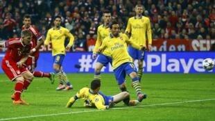 Dan wasan Bayern Munich Bastian Schweinsteiger a lokacin da ya zira kwallo a ragar Arsenal a gasar zakarun Turai a Jamus