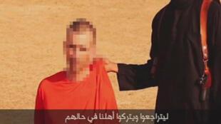 Captura de pantalla del video de propaganda del Estado Islámico mostrando al rehén David Haines, difundido el 2 de septiembre de 2014.