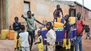 Des jeunes habitants de Bouaké, en Côyte d'Ivoire, s'impatient pour leur approvisionnement en eau potable, après trois semaines de pénurie, le 19 avril 2018.