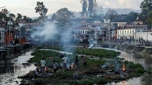 Кремация тел погибших в Непале, Катманду 27 апреля 2015