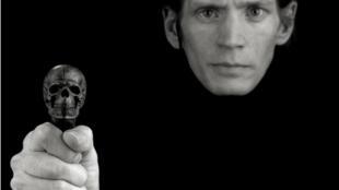 Bức chân dung tự chụp cuối cùng (1988) của nhà nhiếp ảnh Robert Mapplethorpe (Mapplethorpe Foundation)
