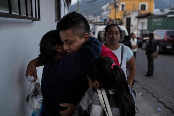 Eliasa, 15 años, vuelve a encontrar a su familia luego de ser deportado de vuelta a Quetzaltenango, Guatemala, el 3 de mayo de 2018.