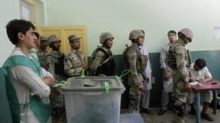 Một phòng phiếu tại Jalalabad : nhiều cuộc biểu tình đã diễn ra để phản đối các vụ gian lận - REUTERS /Prwiz