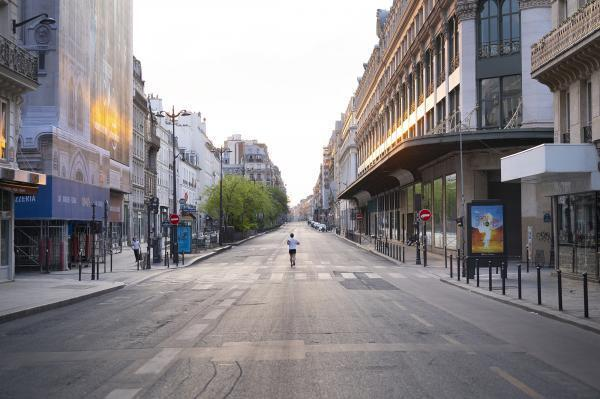 One-way (Rue Réaumur). Against the traffic into the sunset.