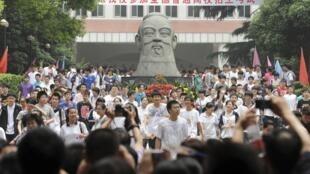 6月7日,中国湖北首府武汉一处大学考场前交完答卷的考生。