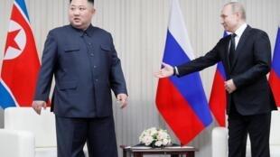 Vladimir Putin e Kim Jong-Un antes da reunião em Vladivostok, na Rússia