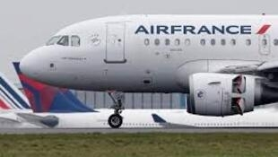 Air France announced Monday a voluntary departure plan to cut 465 jobs from its 3,200-strong domestic workforce.