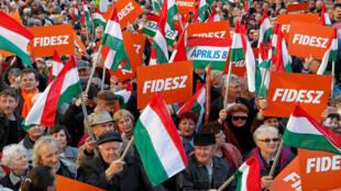Les militants du Fidesz, le parti du Premier ministre ultraconservateur Viktor Orban, dans les rues de Szekesfehervar, le 6 avril 2018.
