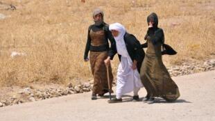 逃難的雅茲迪老少婦女2014年8月5日摩蘇爾以西