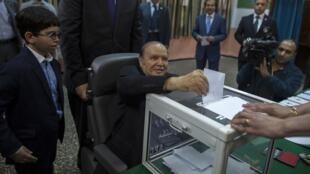 阿尔及利亚总统布特弗利卡坐着轮椅投票,2014年4月17日。