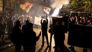 Des ultra-nationalistes serbes manifestent contre la tenu du festival «Miredita, Dobar Dan», à Belgrade le 22 octobre 2020.
