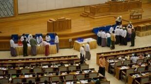 Các nghị sĩ quân nhân bỏ phiếu tại Quốc hội, về một đề nghị sửa đổi Hiến pháp, giới hạn quyền lực của quân đội, 25/06/2015.