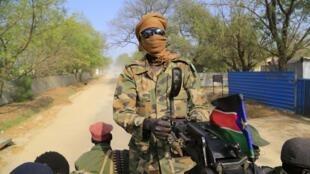 Un soldat sud soudanais dans les rues de Malakal, à 500 km au nord-est de Juba, au Soudan du Sud.