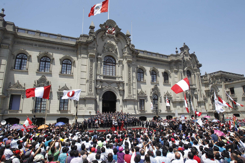 Peruanos acompanham no centro de Lima anúncio de decisão sobre nova fronteira marítima entre Chile e Peru.