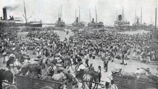 Embarquement d'un régiment de tirailleurs à Alger vers la France au moment de la mobilisation de 1914.