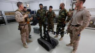 Thủy quân lục chiến Mỹ giải thích cách sử dụng robot gỡ mìn cho lính Afghanistan tại Helmand, ngày 05/07/2017.