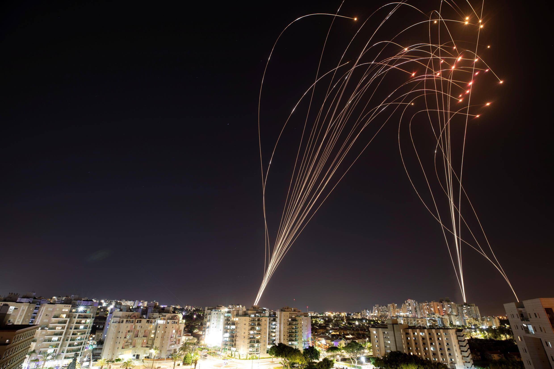 El sistema antimisiles Cúpula de Hierro de Israel intercepta cohetes lanzados desde la Franja de Gaza hacia Israel, visto desde Ashkelon, Israel 12 de mayo de 2021.