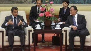 Nicolas Sarkozy (g) lors de sa rencontre avec Wu Bangguo le président de l'Assemblée populaire de Chine, le 29 avril 2010