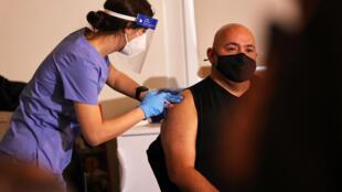 Un integrante del cuerpo de bomberos de Nueva York recibe la vacuna contra el coronavirus (COVID-19) en la Academia de Entrenamiento de Bomberos de FDNY en Randall's Island, el 23 de diciembre de 2020 en la ciudad de Nueva York.