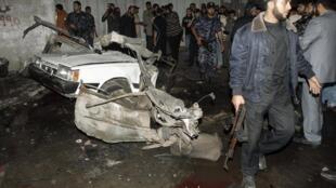 Les membres des forces de sécurité du Hamas sur le site de l'explosion à Gaza.