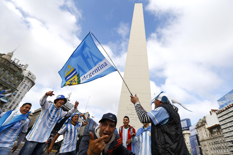 Torcedores argentinos chegaram cedo ao centro de Buenos Aires para assistir o jogo.