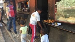 Stand de vendeur de rue à Antananarivo, Madagascar.