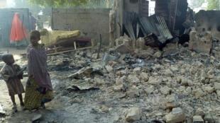 Les décombres d'une maison détruite, lors de l'attaque de Boko Haram, dans le village de Dalori, près de Maiduguri (nord-est du Nigeria). Au moins 85 personnes ont été tuées dans cette attaque, menée le 30 janvier 2016.