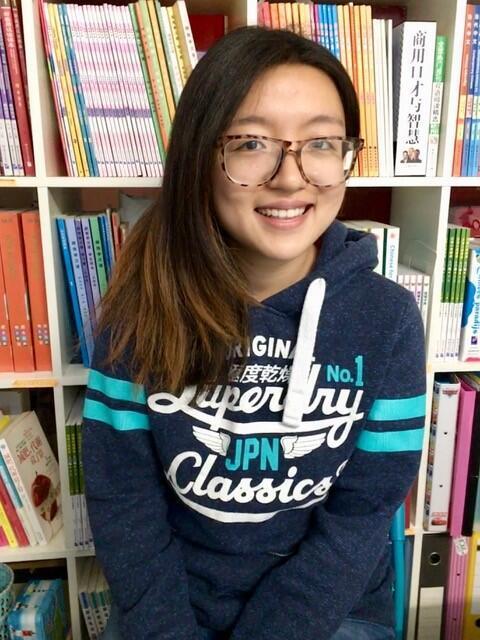 A jovem chinesa Yitian fala um francês fluente, bem melhor do que muitos belgas.
