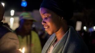 Des bougies et des grandes photos de Nelson Mandela pour dire non à la xénophobie, à Johannesburg, le 21 avril 2015. Le jeudi 23 avril, une nouvelle manifestation est prévue.