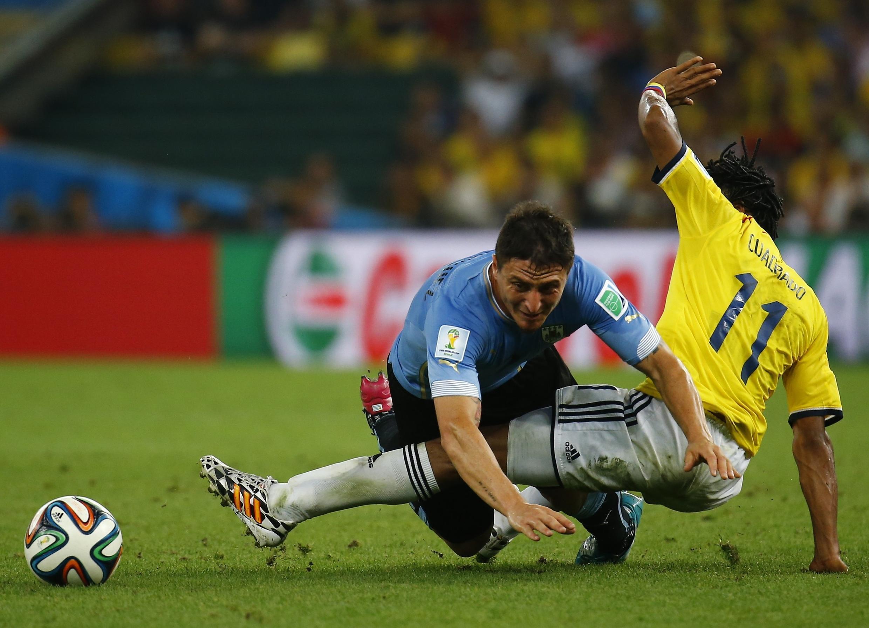 Cristian Rodriguez wa Uruguay akimenyana na   Juan Cuadrado wa Colombia